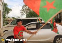 Man in Suriname zwaait dagelijks drie keren een uur lang met vlag als protest