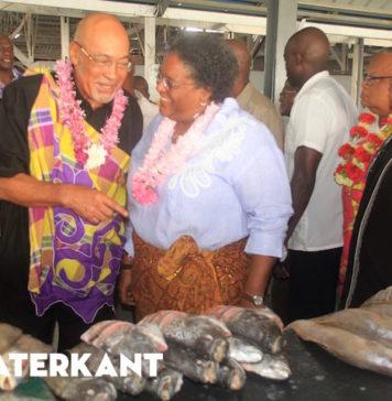 Premier van Barbados bezoekt Centrale Markt van Suriname