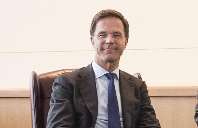 Premier Rutte benoemd geweld van hooligans tegen vreedzame demonstranten niet