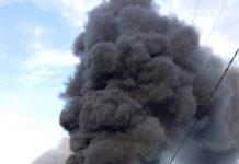 Tankwagen kantelt na klapband en vliegt in brand op Oost-Westverbinding Suriname
