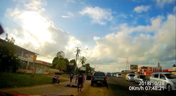 VIDEO: Man 'knockout' na verkeersruzie in Suriname