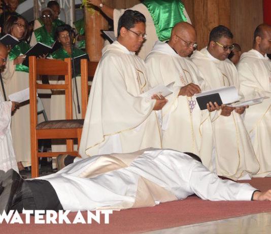 Eerwaarde gewijd tot priester door Bisschop van Suriname