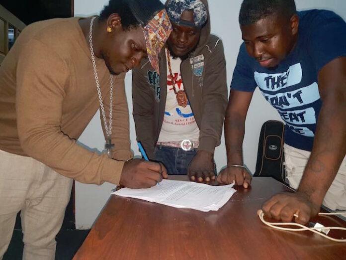 Damaru tekent contract met dancehallgroep Ghetto Crew uit Suriname