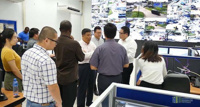 Chinese ambassadeur laat zich informeren over Safe City project in Suriname