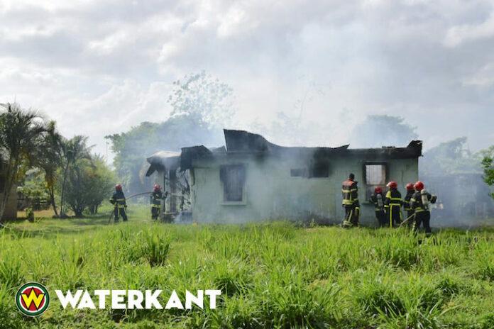 Jongen door buurtbewoners uit brandende woning gered in Suriname
