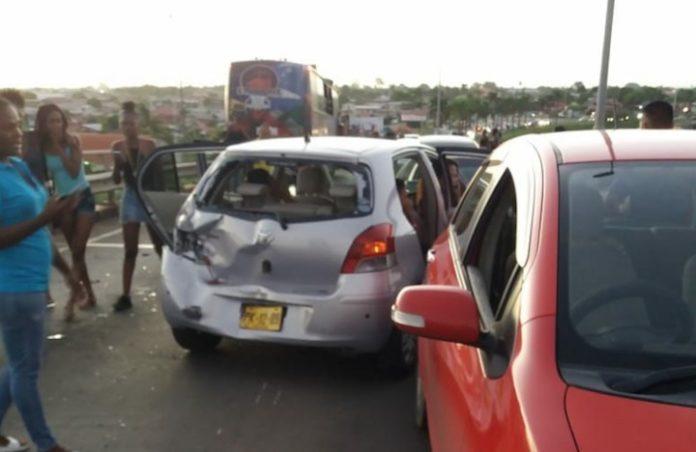 Chaos op Bosje brug in Suriname na verkeersongeval met bus