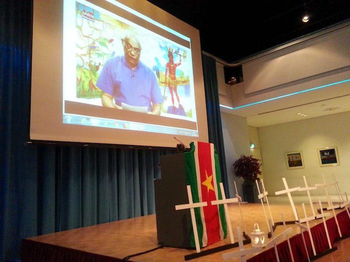 Advocaat spreekt aanwezigen herdenking Decembermoorden toe vanuit Suriname