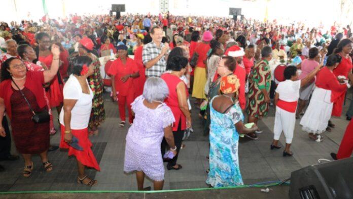 Kerstviering voor seniore burgers in tuin presidentieel paleis Suriname