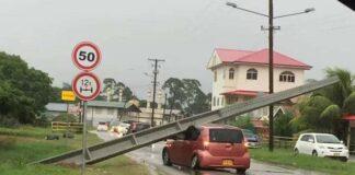 Betonnen paal energiebedrijf Suriname valt op langsrijdende auto