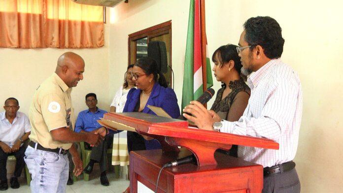 Suriname krijgt 140 nieuwe huwelijksambtenaren