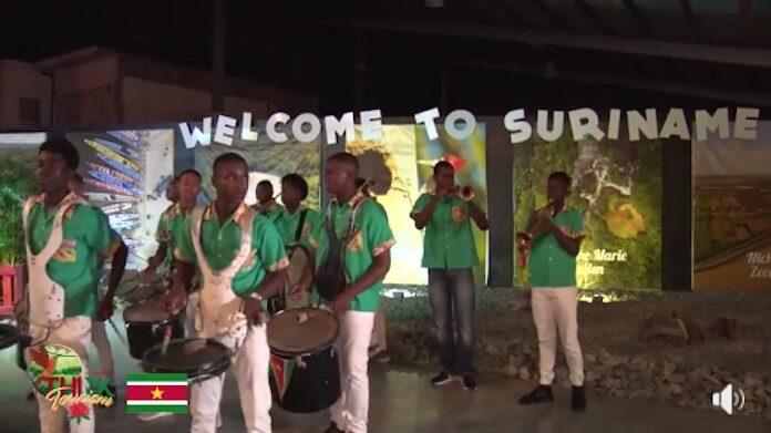 VIDEO: Warme ontvangst voor toeristen uit Nederland op luchthaven Suriname