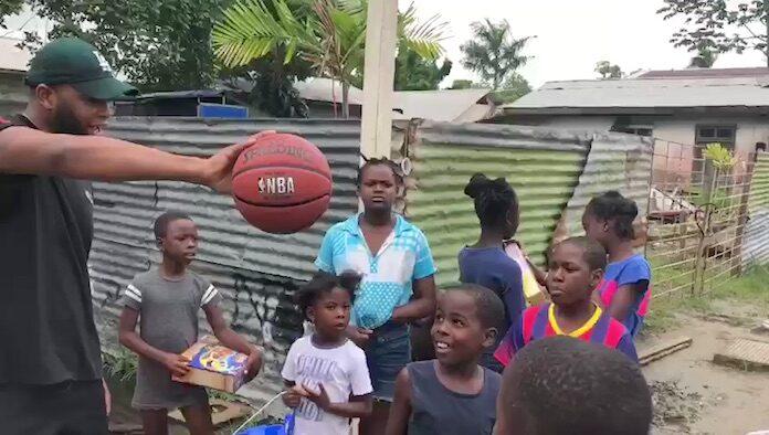 VIDEO: Rapper Angelo King maakt 1.000 kinderen in Suriname blij met cadeaus