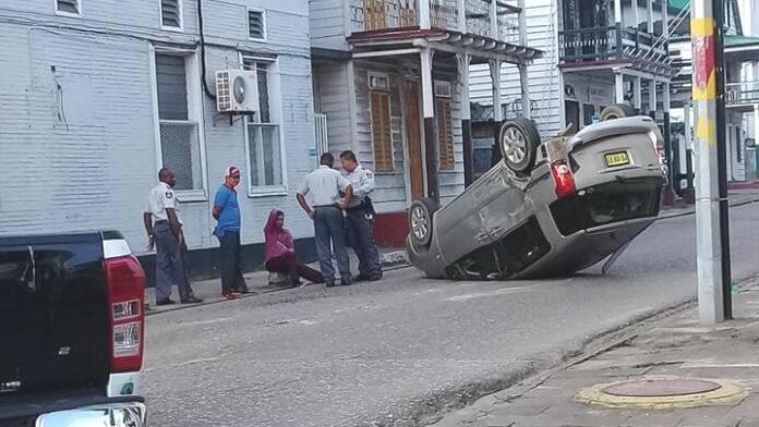 Auto over de kop in binnenstad Paramaribo