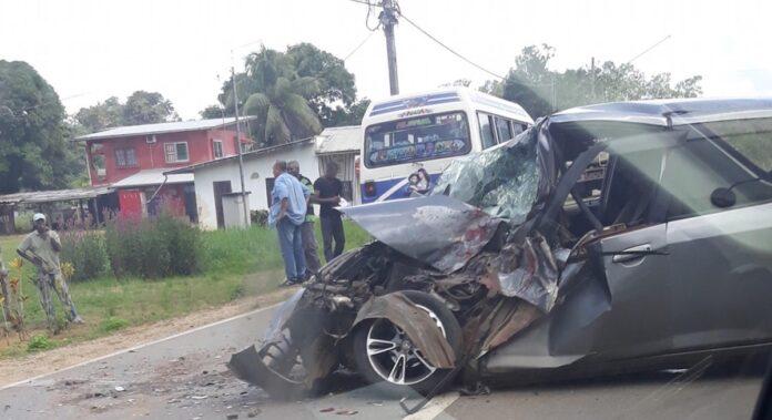 Auto ramt lijnbus van achter; bestuurder zwaar gewond