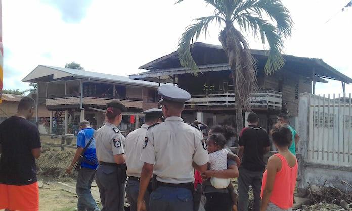 Buren redden drie kinderen en voorkomen brand in Nickerie
