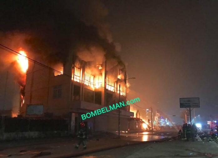 Grote brand in hoofdstad Suriname; bekend winkelpand afgebrand