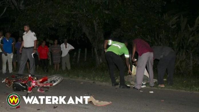Bromfietser op slag dood na aanrijding met auto in Suriname