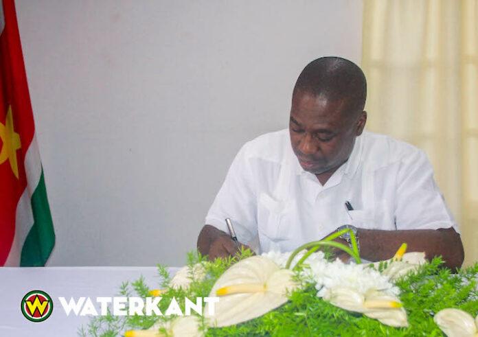 Minister Dikan tekent condoleanceregister voor slachtoffers bootongeluk in Suriname