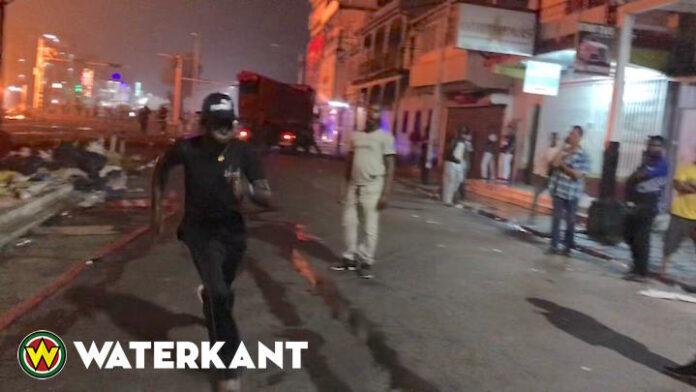 VIDEO: man gaat brandend pand in om te stelen en rent daarna keihard weg