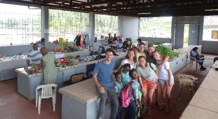 Nederlandse studenten blazen Moengo Markt in Suriname nieuw leven in