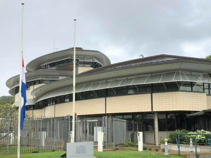 Man die zich voordeed als medewerker NL ambassade Suriname vast voor oplichting