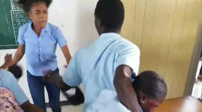 Leerlinge die klasgenote in gezicht stak is weer vrij; 'was zelfverdediging'