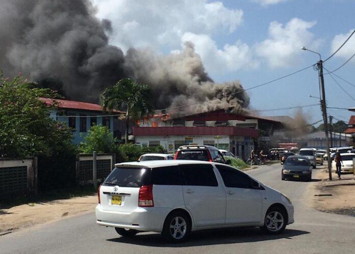 Opnieuw winkelpand in Suriname in brand gevlogen