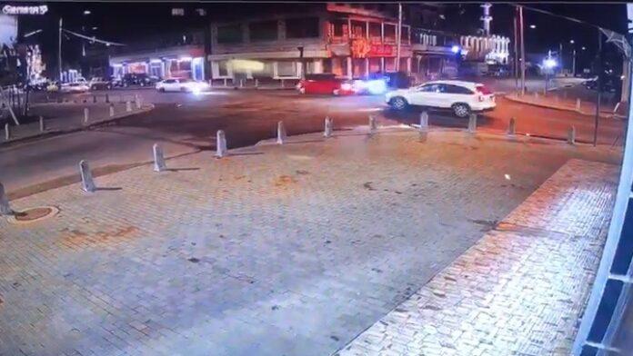 VIDEO: wie had voorrang bij deze zware aanrijding in Suriname?