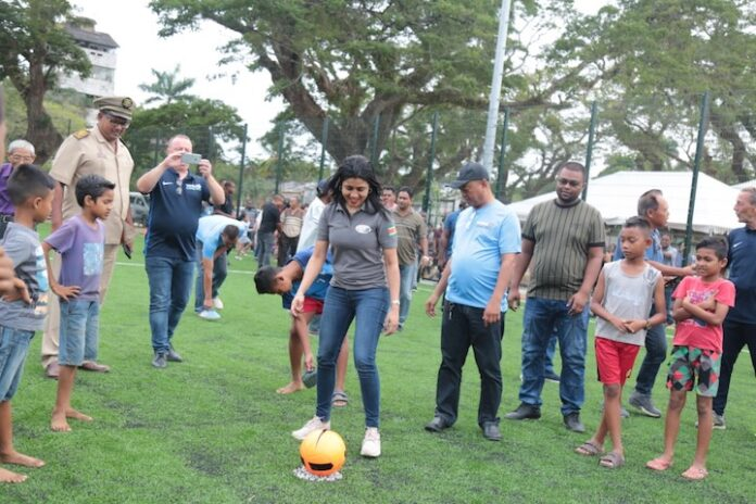 Minister doet aftrap voor mini kunstgrasveld in Suriname