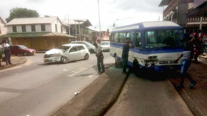 Gewonden na aanrijding tussen personenauto en bus in Suriname