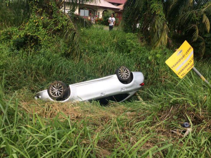 Auto over de kop en beschadigd buis waterleiding maatschappij Suriname