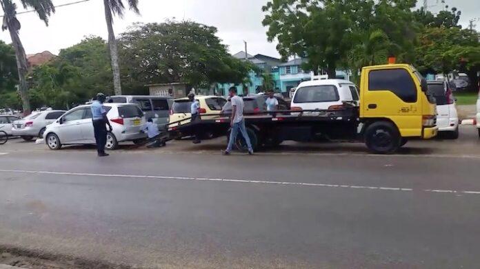 Voertuigen massaal weggesleept door politie in Suriname, ook op zondag