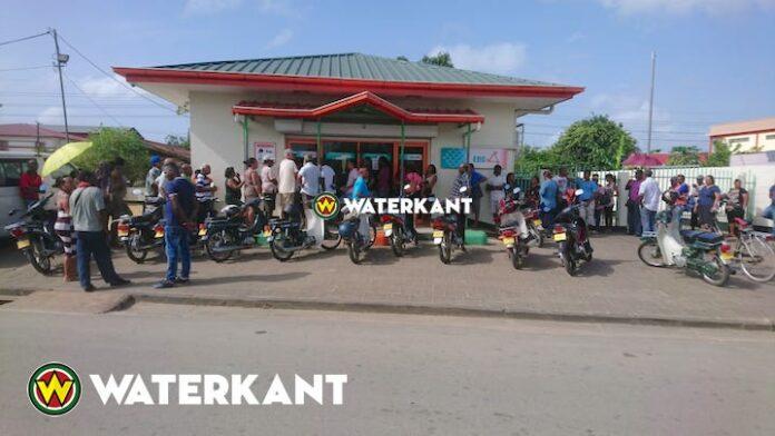 Surinamers massaal in de rij om rij- en voertuigenbelasting te betalen