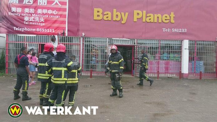 Brandweer Suriname rukt uit voor brand bij baby winkel
