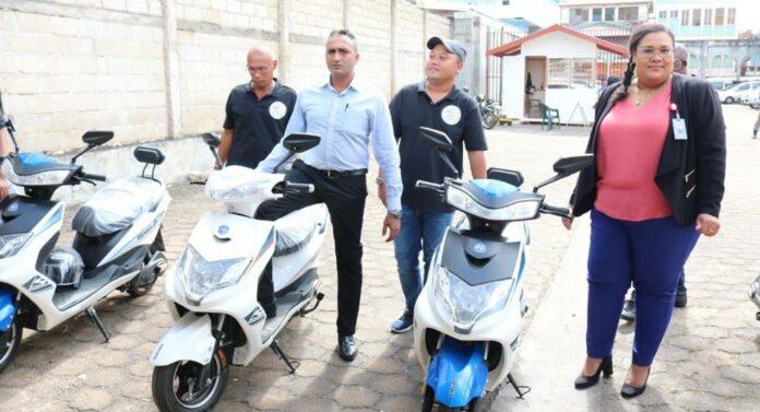 Surinaamse Post Spaar Bank doneert E-bikes aan ministerie OWT&C