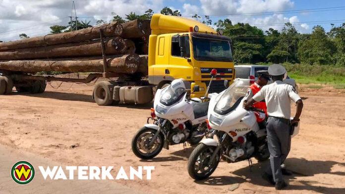 Extra controle op houttrucks door politie in Suriname