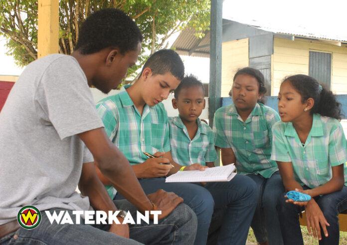 Voorleesuurtjes Sranantongo op vier scholen in Suriname