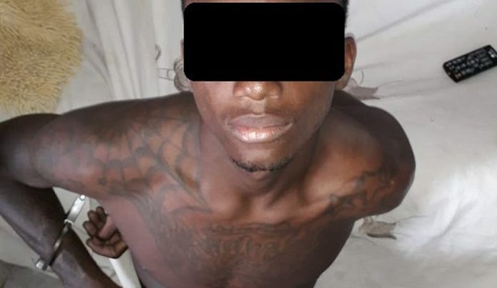 Politie Suriname toont foto van aangehouden vuurwapen gevaarlijke verdachte