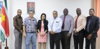 Bestuur Surinaamse Voetbalbond bij minister van Sport in Suriname
