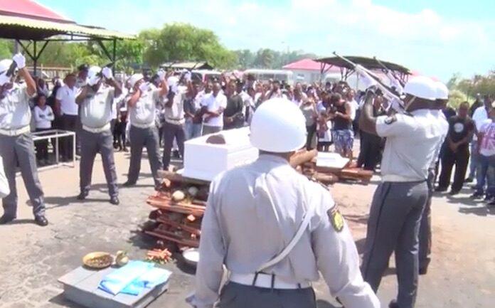 VIDEO: Uitvaart overleden Surinaamse politieagent Radjis Girdharie met korpseer