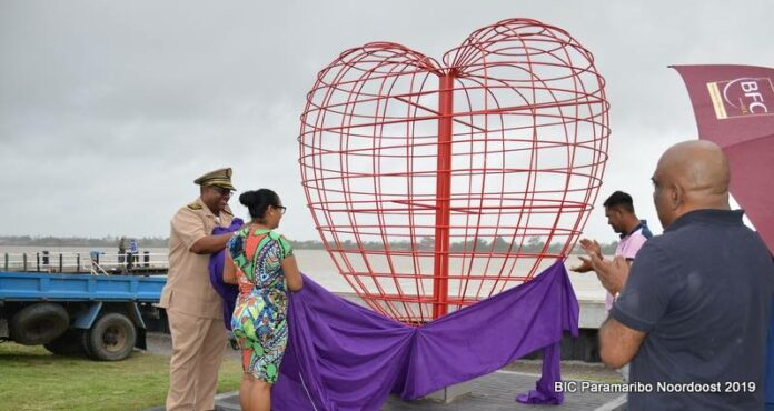 Valentijnsdag: Kunstwerk voor de Liefde in Suriname onthuld