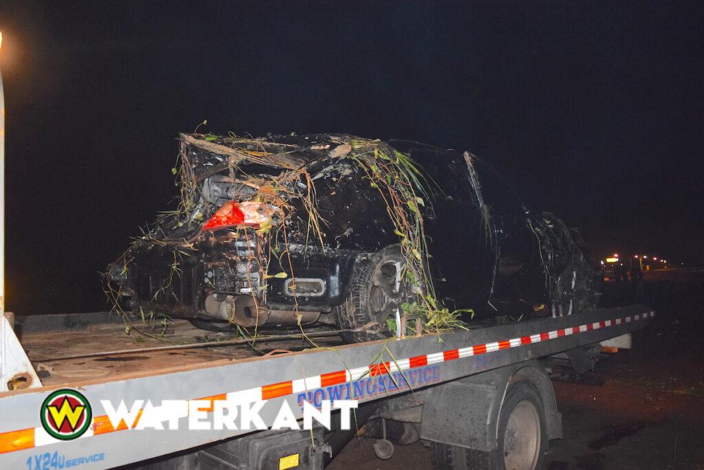 Auto uit het water getakeld na dodelijk verkeersongeluk op Highway in Suriname