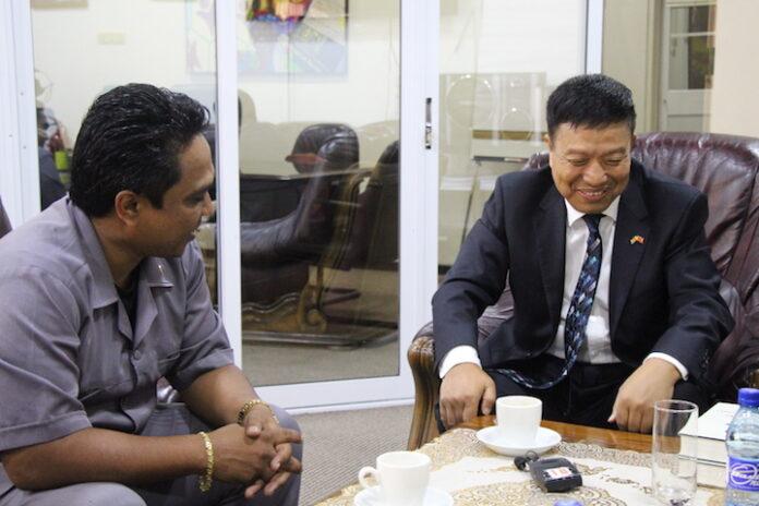 Chinese ambassadeur in Suriname bezoekt minister Mike Noersalim