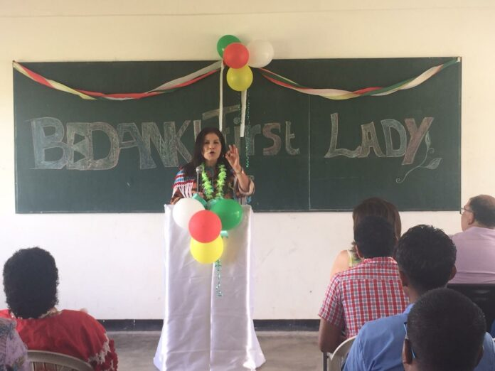 First lady van Suriname schenkt laptops aan scholieren in Apoera