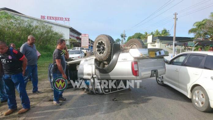 Auto over de kop bij aanrijding in Suriname