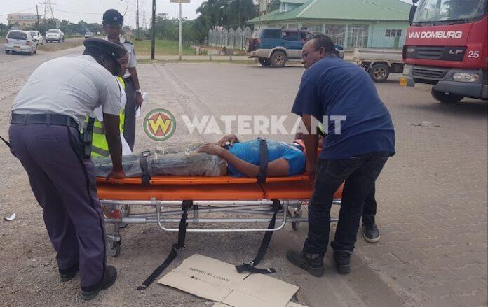 Bromfietser gewond na aanrijding met truck in Suriname