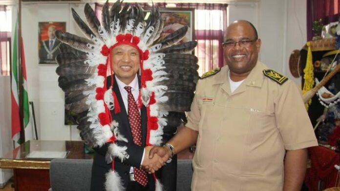 Chinese ambassadeur in Suriname bezoekt districtscommissaris Mike Nerkust