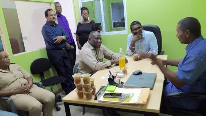Minister LVV bezoekt ananasproducenten en verwerker in Para