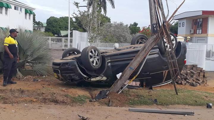 Auto keihard over drempel en knalt tegen lantaarnpaal in Suriname