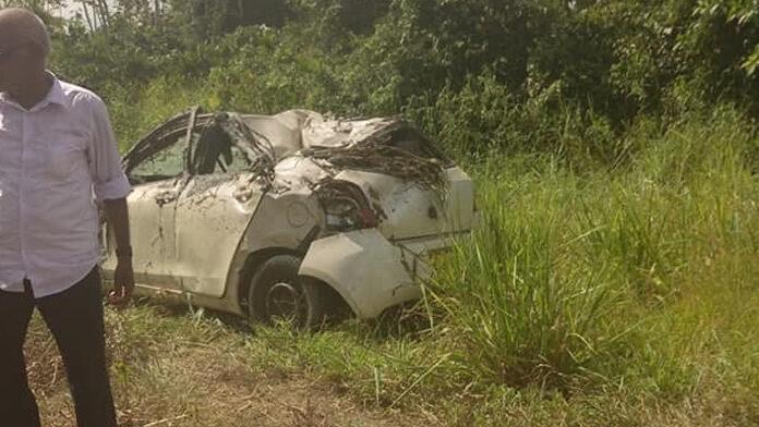 Auto raakt paal en gaat over de kop nabij Coppenamebrug in Suriname